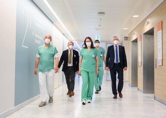 Landesvize Pernkopf (r.) im Spital auf Visite mit C. Hörmann, S. Gugi, M. Korntheuer und M.Klammer