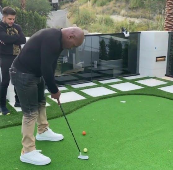 Mike Tyson locht auf dem Anwesen von Schwarzenegger ein. Ex-UFC-Star Henry Cejudo bewundert seinen Schwung.