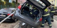 Auto landet bei Crash auf Scheibe von geparktem Audi