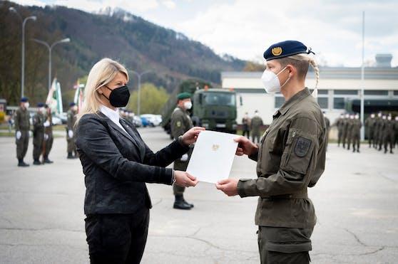 Verteidigungsministerin und Oberstleutnant Jasmine Krutzler.