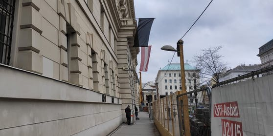 Die schwarze Fahne am Landesgericht Wien.