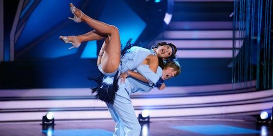 Bein Tanz von Mickie Krause und Malika Dzumaev liegt der Kameramann plötzlich auf dem Boden.