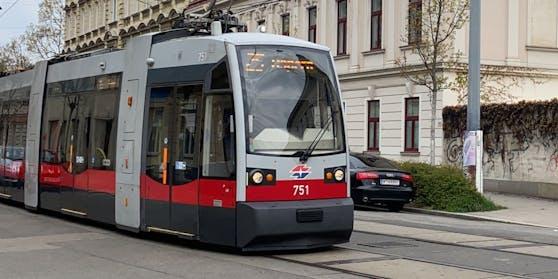 Eine Autolenkerin rammte auf der Schloßhofer Straße (Wien-Floridsdorf) eine Straßenbahn, die Frau musste verletzt ins Spital gebracht werden.