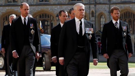Im Trauerzug waren Prinz William und Prinz Harry noch getrennt. Nach dem Gottesdienst kam es aber zu einem ersten Wortwechsel.