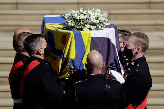 Hier wird der Sarg von Prinz Philip getragen.