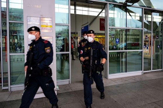 Bombendrohung in einem Zug von Wien nach Bregenz. Der Verdächtige wurde am Linzer Hauptbahnhof festgenommen.