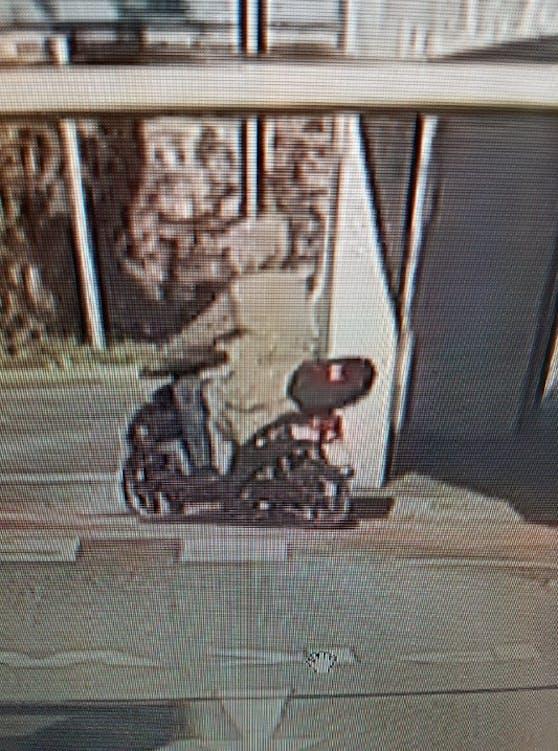 Der Täter flüchtete auf einem E-Moped.