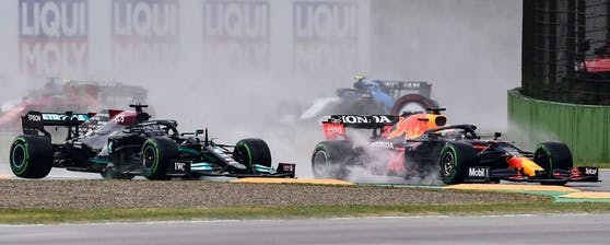 Max Verstappen und Lewis Hamilton kollidierten in der ersten Kurve des Rennens.