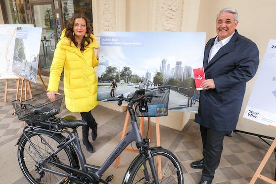 Mobilitätsstadträtin Ulli Sima und Donaustädter Bezirksvorsteher Ernst Nevrivy (beide SPÖ) präsentierten das Programm für das Wiener Radverkehrsnetz 2021.