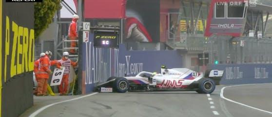 Mick Schumacher verliert sein Auto.