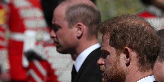 William und Harry nebeneinander. Bei dem Begräbnis von Prinz Philip sprachen beide miteinander.