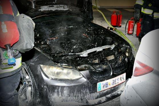 Aus dem Motorraum schlugen plötzlich Flammen. Mit Feuerlöschern konnte das Feuer in Schach gehalten werden.