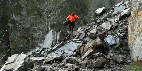 In Taxenbach (S) sind 13 Gemeindebürger wegen eines Felssturzes von der Außenwelt abgeschnitten, darunter auch einige Kinder.