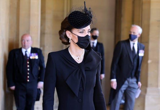 Dieser Choker um Herzogin Kates Hals zollt der langen Ehe des Königspaars Tribut.