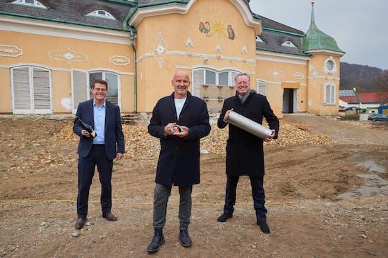 Stadtrat Jürgen Czernohorzsky (SPÖ), Gastronom Bernd Schlacher und Investor Frank Albert bei der Grundsteinlegung am Cobenzl in Wien-Döbling.