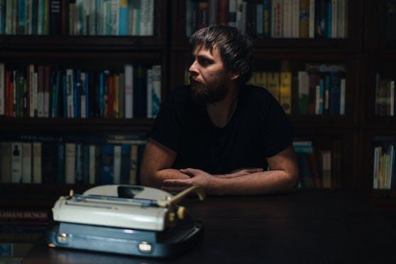 """Der Wiener Autor Lukas Pellmann hat die Aktion """"#GibmirdeinenSatz"""" gestartet."""