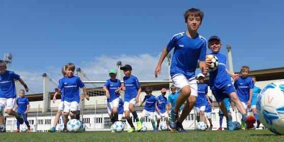 Die Fußball-Camps sind für Mädchen und Burschen im Alter von 6 bis 16 Jahren geeignet. Highlight: Trainiert werden die Nachwuchskicker unter anderem von Ex-Teamspieler Marcus Pürk.