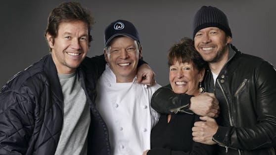 Alma Wahlberg (Mitte) zusammen mit ihren Söhnen (v.li.) Mark, Paul und Donnie. Die Vollblut-Mutter ist im Alter von 78 Jahren gestorben.