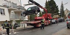 BMW-Lenkerin rammt Auto in Wien und rast in Garten