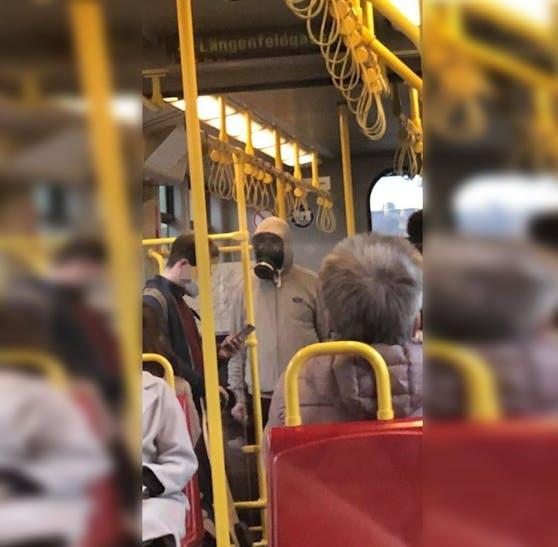 In Wien war ein Mann mit einer Gasmaske in der U-Bahn.
