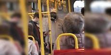 Mann mit Gasmaske statt FFP2 in Wiener U-Bahn unterwegs