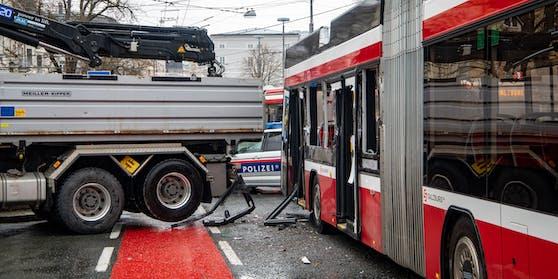 Der Lkw erfasste den Bus beim Rückwärts-Ausparken.
