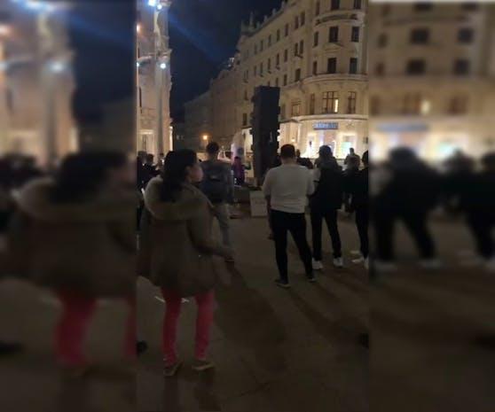 Am Donnerstagabend tanzten viele Leute am Platz der Menschenrechte.