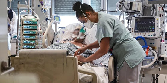 Ein Corona-Patient wird auf der Intensivstation betreut.