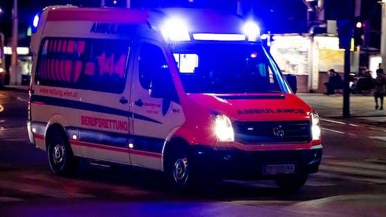 Ein Rettungsfahrzeug der Wiener Berufsrettung befindet sich auf Einsatzfahrt. (Symbolbild)