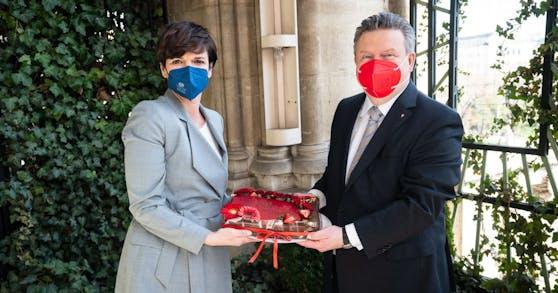 Bürgermeister Micheal Ludwig erhielt von Pamela Rendi-Wagner eine Geburtstagstorte.