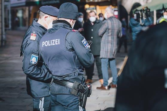 Die Polizei bei Kontrollen: In Tirol kam es zu einem Freiheitsentzug.