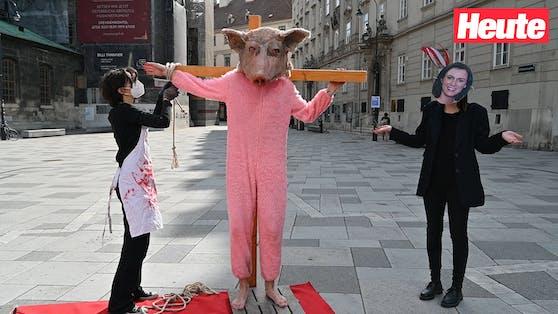 """""""Kreuzigung"""" eines als Schwein verkleideten Aktivisten am Stephansplatz"""