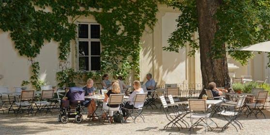 Die Ausschreitungen begannen im Gastgarten eines Cafés.