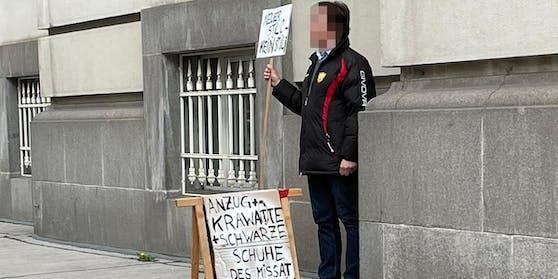 Vor dem Gesundheitsministerium demonstriert ein Mann gegen Mücksteins Style.