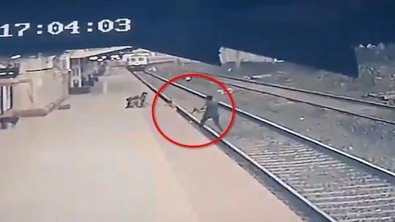 Das Video zeigt, wie knapp sich die Rettungsaktion ausgegangen ist.
