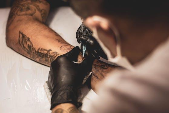 Tattoos sind schmerzhaft und vor allem langlebig - jetzt gibt es Ephemeral Tattoos in New York, die sich in Luft auflösen. (Symbolbild)
