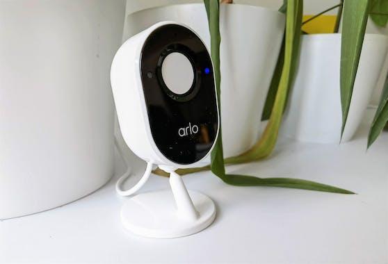 "Die Arlo Essential Indoor Camera mit geschlossenem ""Privatsphäre-Schild""."