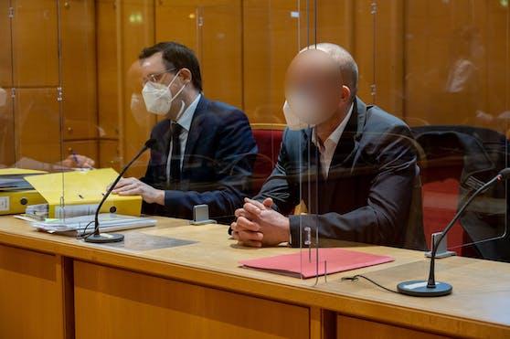 Der Angeklagte mit seinem Verteidiger Dienstagvormittag am Linzer Landesgericht.
