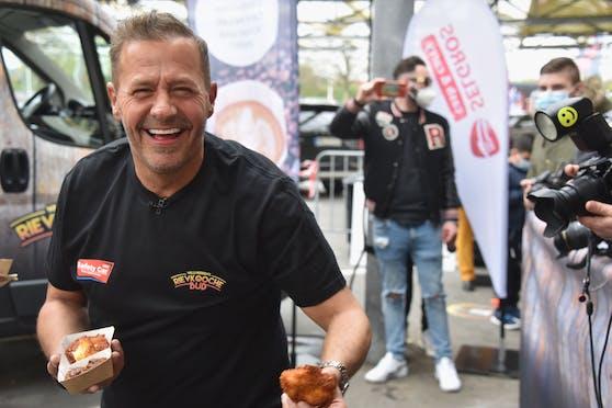 Willi Herren mit seinem Foodtruck.