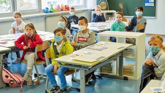 Eine Schulklasse musste vor der Schule Müll aufsammeln. (Symbolbild)