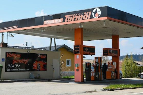 Die Tankstelle in Gurten (Bez. Ried) war falsch befüllt worden. Autofahrer tankten deshalb statt Benzin Diesel.