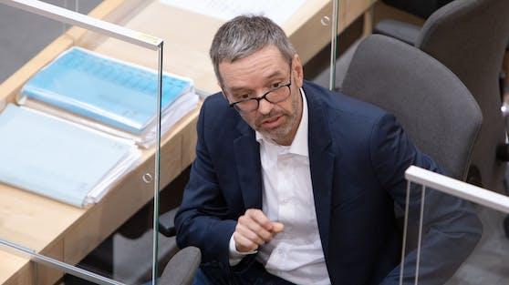 Herbert Kickl trägt im Parlament auf seinem Platz keine Maske.