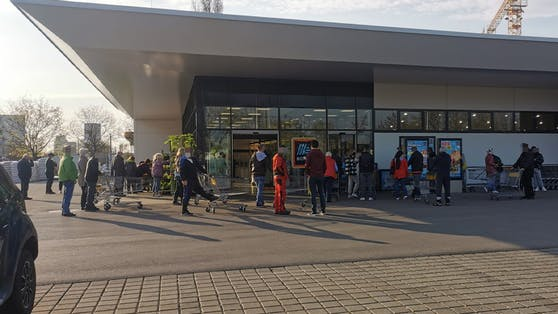 Vor diesem Supermarkt im 11. Bezirk warteten einige Wiener.