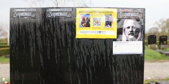 Auf das Grab des Sängers wurde Werbung geklebt.