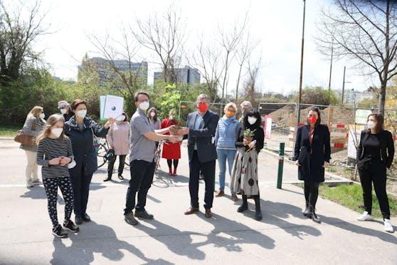 Die Bürgerinitiative stellte am Mittwoch Bezirksvorsteher Erich Hohenberger (Mit., mit roter Maske) und Gemeinderätin Patricia Anderle (3. v. re.) die Forderungen der Petition Eurogate vorgestellt.