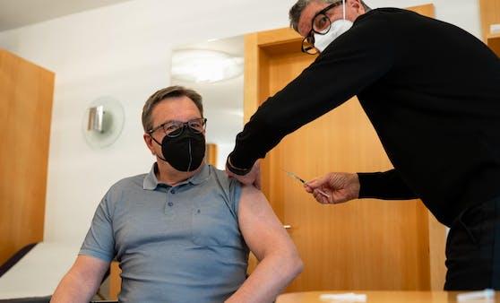 Günther Platter bei der Impfung