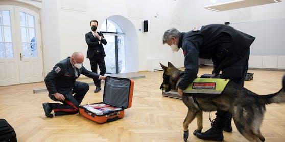 Diensthunde-Fortbildung beim Zoll mit Finanzminister Gernot Blümel (ÖVP)
