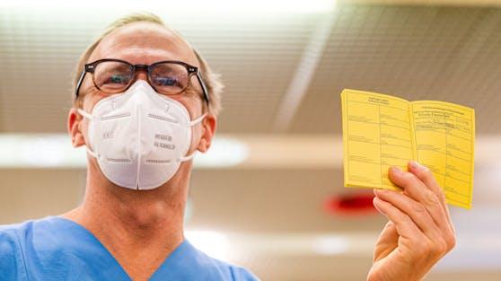 Der gelbe Impfpass aus Papier wird als Eintrittsberechtigung gültig sein. Archivbild