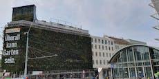 Baumarkt bedeckt ganze Wohnanlage in Wien für Werbung