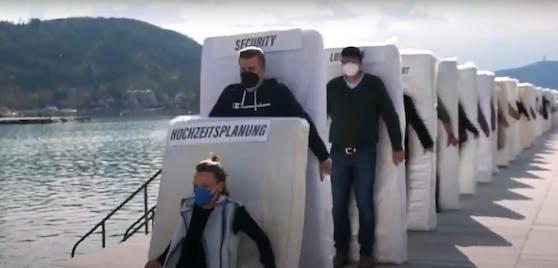 Die Unternehmer stehen mit Matratzen auf der Brücke des Wörthersee-Strandbades in Klagenfurt.